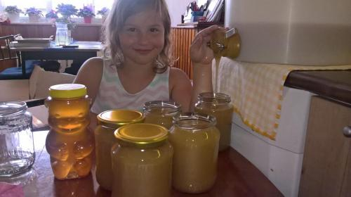 Maruška stáčí med